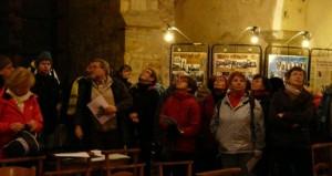 Le groupe dans l'église écoute attentivement les indications.